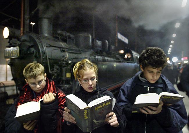 "Фанаты Джоан Роулинг читают ""Гарри Поттер и Орден Феникса"", Германия, 2003 год"