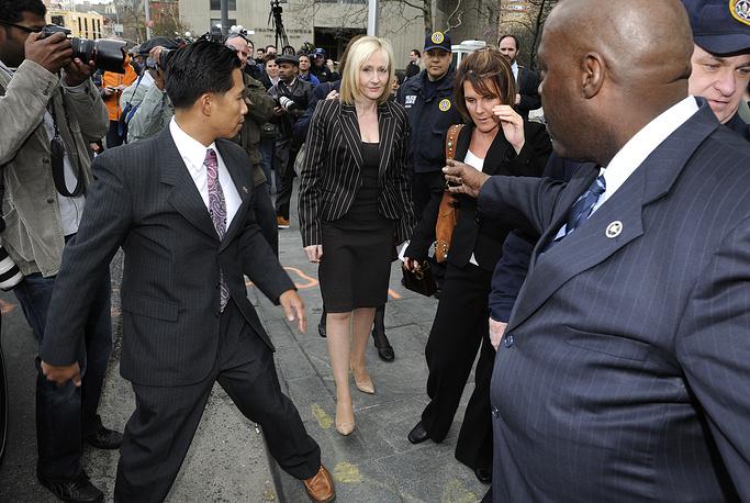 """Джоан Роулинг перед федеральным судом Манхэттена после слушаний по делу против издательского дома RDR Books, выпустившего книгу """"Лексикон Гарри Поттера"""", США, 2008 год"""