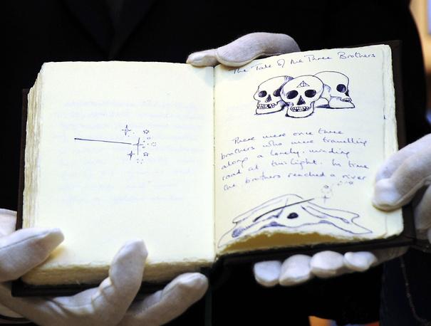 """Страницы рукописи """"Сказок барда Бидля"""", проиллюстрированной автором, на выставке, приуроченной к выходу последней книги Джоан Роулинг о Гарри Поттере, Токио, 2008 год. Предположительная стоимость рукописи на аукционе в Лондоне составила $4 млн"""