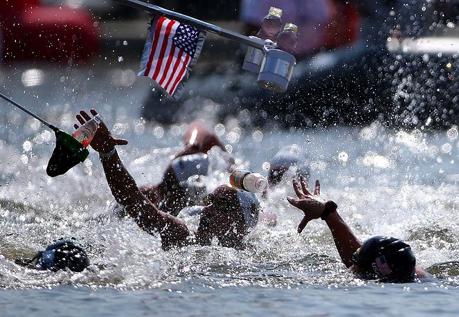 Спортсменки на пункте кормления на соревнованиях по плаванию в открытой воде на дистанции 10 километров, 28 июля