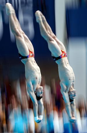 Представители Китая Цао Юань и Цин Кай во время соревнований по синхронным прыжкам в воду с трамплина 3 м, 28 июля