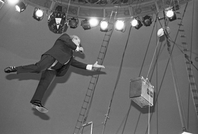 """Ведущий телепередачи """"Поле чудес"""" Леонид Якубович под куполом цирка, 1992 год"""