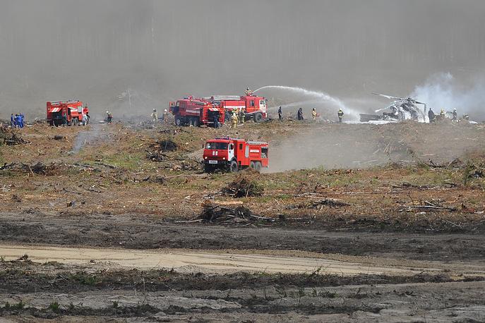 Работа пожарных команд на месте падения вертолета