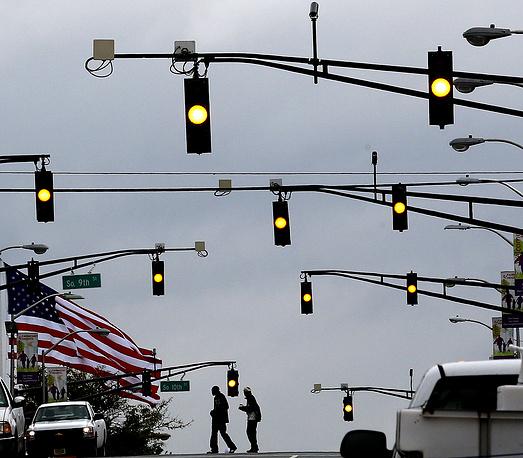 В некоторых странах вместо желтого используется оранжевый цвет.  На фото: светофоры в Ньюарке, штат Нью-Джерси, США,  2012 год