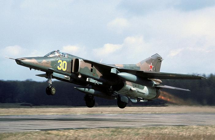 МиГ-27 - советский сверхзвуковой истребитель-бомбардировщик третьего поколения с крылом изменяемой стреловидности
