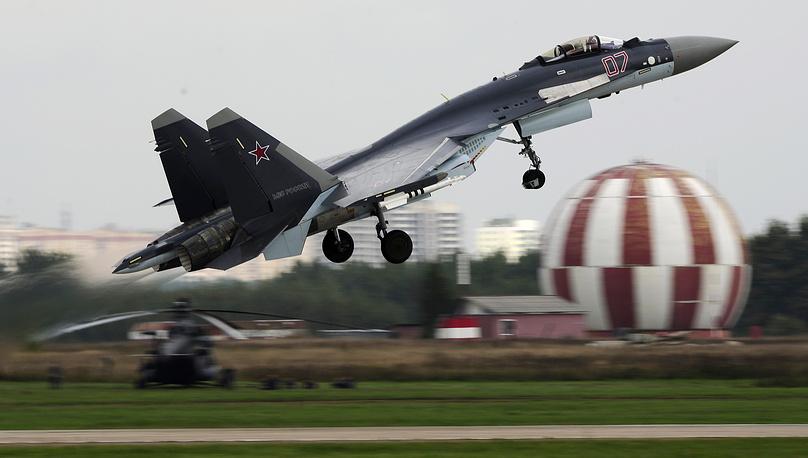 """Су-35С (по классификации NATO: Flanker-Е+) - российский многоцелевой сверхманевренный истребитель поколения """"4++"""" с двигателями с управляемым вектором тяги. Новейший самолет, поставляемый сейчас для ВВС. Герой России Сергей Богдан, демонстрируя Су-35 на авиасалоне """"Ле Бурже"""" в 2013 году, произвел настоящий фурор"""