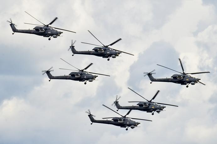 """Ми-28Н """"Ночной охотник"""" (по классификации NATO: Havoc) - получил свое имя за способность работать в темное время суток. Его глазами в темноте являются прицельный комплекс """"Тор"""" и тепловизионный автомат """"Охотник"""". Предназначен для поиска и уничтожения танков, бронированной и небронированной техники, а также пехоты противника на поле боя и малоскоростных воздушных целей. Серийное производство вертолета ведется с 2006 года по настоящее время. Выпущено около 100 экземпляров. """"Ночной охотник"""" принят на вооружение ВВС России в 2009 году. Вертолеты этого типа также состоят на вооружении Ирака и Кении. Единственная в России пилотажная группа на вертолетах """"Беркуты"""" выступает на Ми-28Н"""