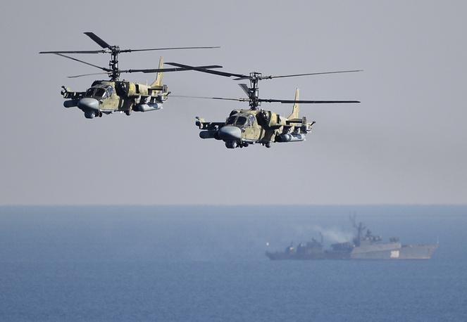 """Многоцелевой ударный вертолет Ка-52 """"Аллигатор"""" (по классификации NATO: Hokum B). Предназначен для уничтожения танков, бронированной и небронированной боевой техники, живой силы и вертолетов противника в любых погодных условиях и в любое время суток. Экипаж """"Аллигатора"""" состоит из двух человек. Единственный в мире боевой вертолет, в кабине которого пилоты сидят рядом, а не друг за другом. Таким образом удается добиться высокой слаженности действий летчиков. Камовские машины, в отличие от милевских, обладают катапультными креслами для пилотов. С 2011 года """"Аллигатор"""" состоит на вооружении ВВС России, за рубеж не поставлялся"""
