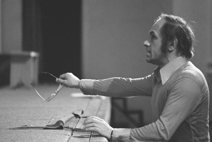 Лев Дуров работал в театре на Малой Бронной с 1967 года. За эти годы им было сыграно множесто ролей, он также выступал и в роли режиссера. На фото: Дуров на репетиции, 1977 год