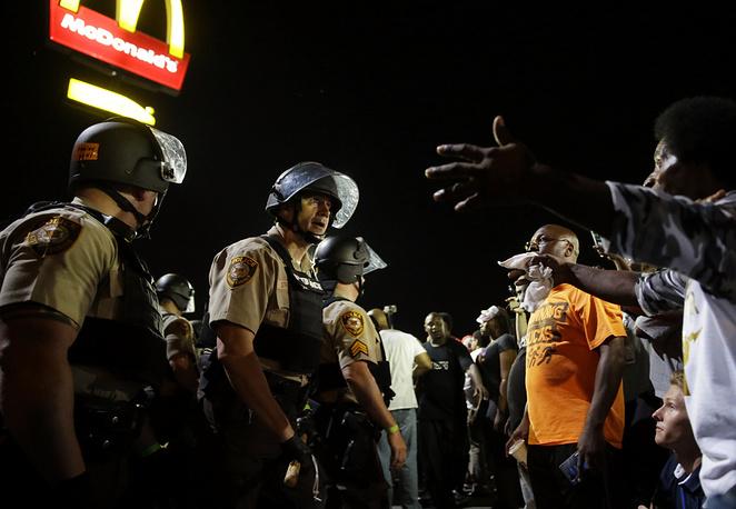 По свидетельству газеты, от рук американских стражей порядка в 2015 году погибли 60 безоружных мужчин, 40% которых были темнокожими