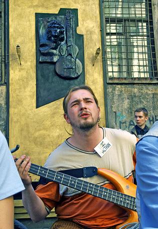 """Гитарист группы """"Перевернутый город"""" Александр Капитонов выступает на концерте во дворе дома №15 по улице Блохина в Санкт-Петербурге, где Виктор Цой работал в котельной. Поклонники лидера группы """"Кино"""" традиционно собираются здесь в день его рождения, 2005 год"""