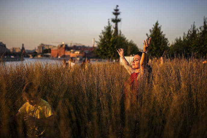Отдыхающие в парке Музеон, Москва