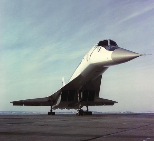 В конце 60-х годов XX века появились первые сверхзвуковые самолеты - советский Ту-144 и англо-французский Concorde. Впрочем, коммерческого успеха они не добились, став скорее символами престижа национальных авиационных отраслей. Ту-144 после нескольких катастроф был выведен из эксплуатации.  На фото: сверхзвуковой пассажирский самолет Ту-144, 1968 год