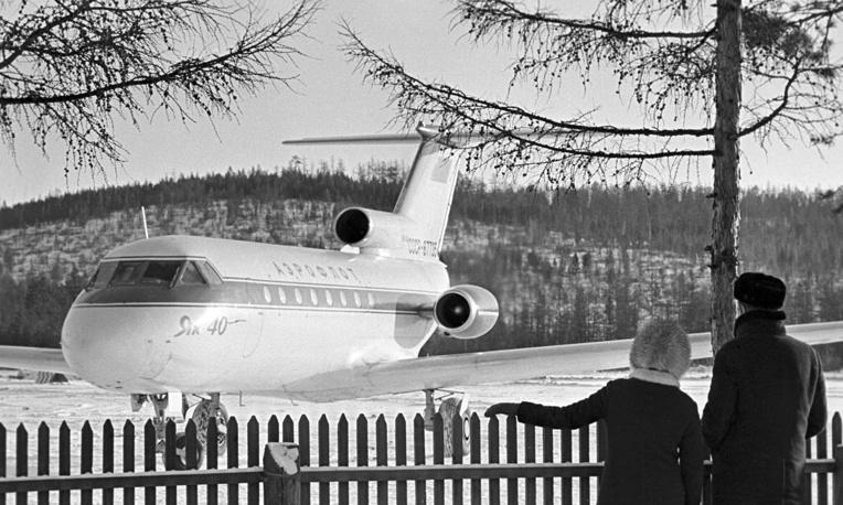 К региональным самолетам относят еще более мелкие по габаритам воздушные суда. Они перевозят до 100 пассажиров на расстояния до 2-3 тысяч км. На этих самолетах могут устанавливаться как турбовинтовые, так и турбореактивные двигатели. На фото: пассажирский самолет Як-40 в аэропорту Тынды, 1974 год