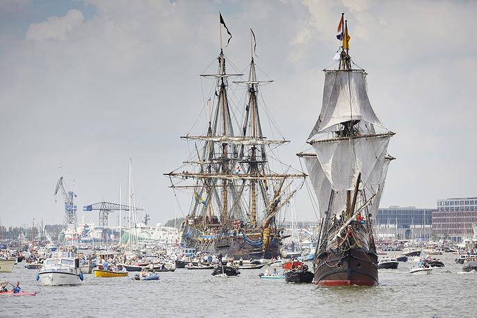 Наравне с парусниками в фестивале могут принимать участие все желающие на своей собственной лодке или яхте