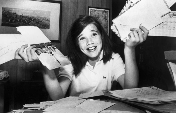 Саманта Смит с письмами, которые приходят в ее адрес. США, 27 июля 1984 года