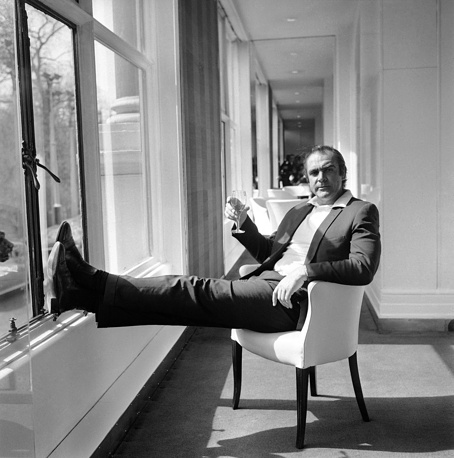 """Коннери отдыхает в отеле Savoy в Лондоне перед началом съемок очередного фильма про агента 007 """"Бриллианты навсегда"""", 1971 год"""