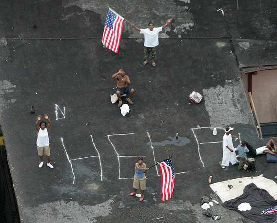 """Жители ожидают на крыше спасателей, 06:00, 1 сентября. На крыше надпись: """"Помогите"""""""