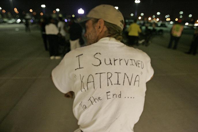 """Самуэль Маркони из Нового Орлеана приехал в церковь Дома надежды в Чикаго, 6 сентября. На спине рубашки надпись: """"Я пережил ураган """"Катрина"""" от начала до конца"""""""