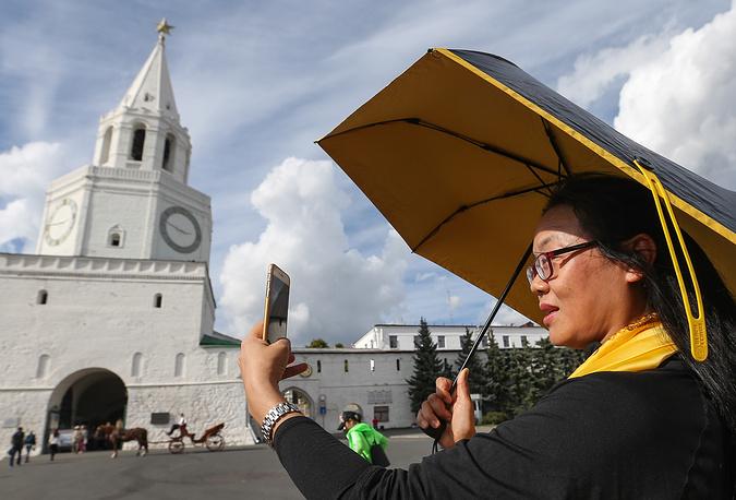 Китайские туристы и представители туроператоров КНР во время посещения Казанского кремля