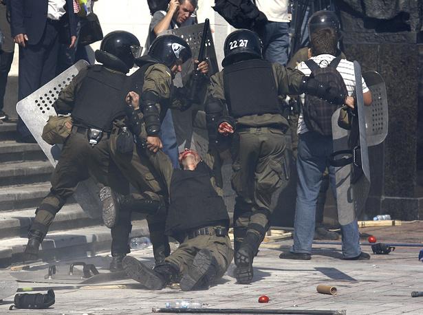 Премьер-министр Украины Арсений Яценюк считает необходимым создать оперативную группу совместно с МВД, СБУ и генеральной прокуратурой Украины для расследования столкновений возле Рады