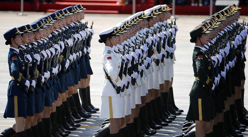 На параде были представлены женские формирования. Две летчицы пилотировали пролетевшие над площадью самолеты. На фото: женские воинские формирования на параде в Пекине