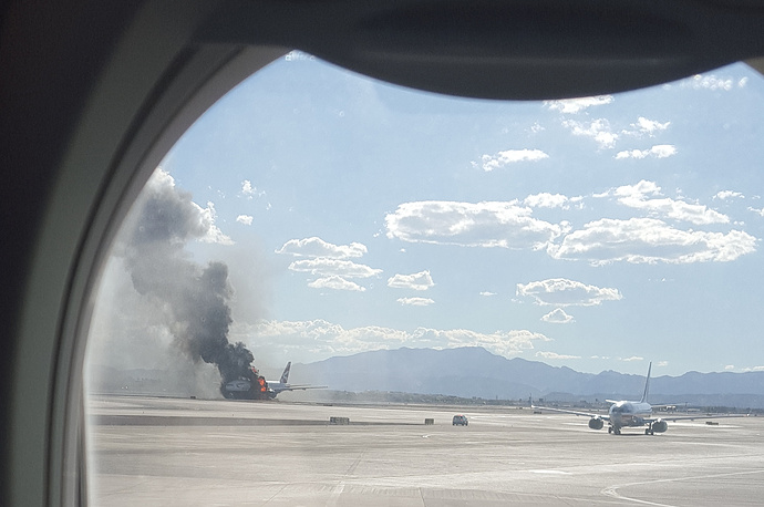 Самолет авиакомпании British Airways, загоревшийся на взлетно-посадочной полосе аэропорта Лас-Вегаса