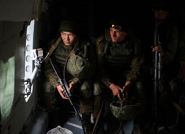 Тактический десант в кабине вертолета Ми-8 готовится к высадке