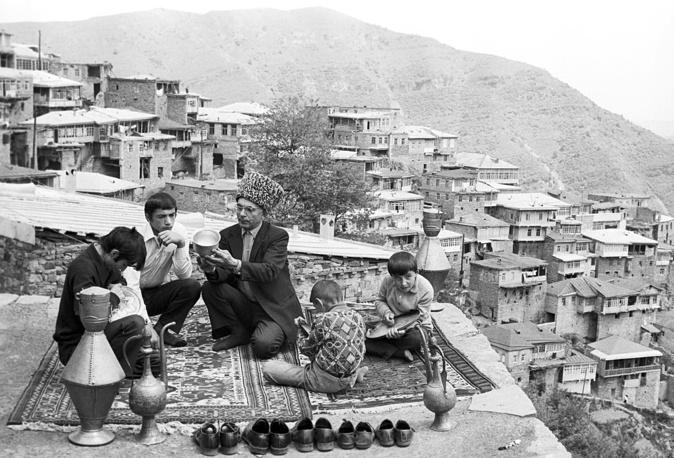 Дагестанская АССР. Златокузнец из аула Кубачи Расул Алиханов со своими сыновьями, 1975 год