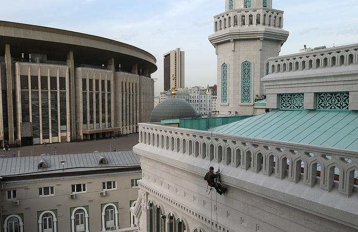 Обновленная мечеть представляет собой шестиэтажное здание