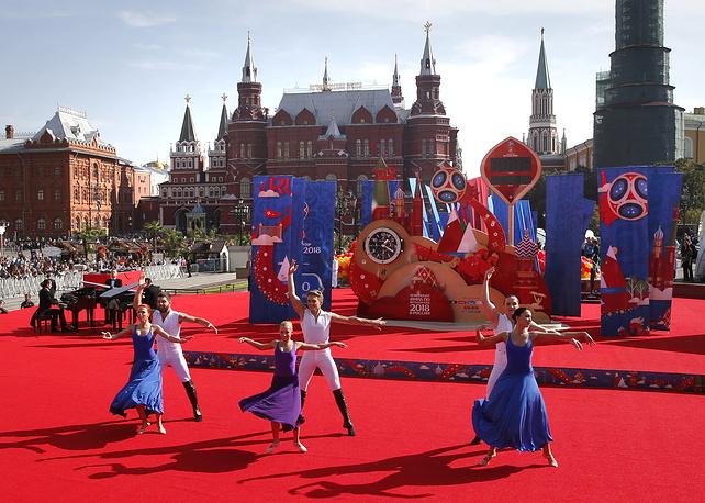 Танцевальное представление на Манежной площади