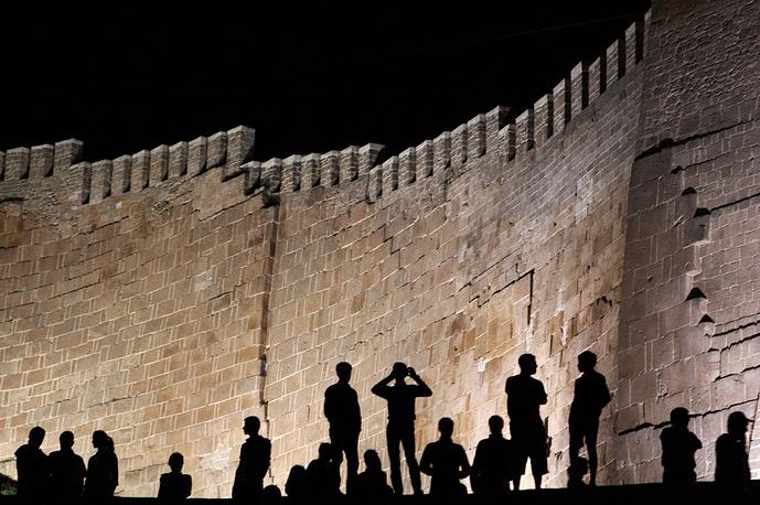 Местные жители у крепости Нарын-Кала во время праздничных мероприятий в честь 2000-летия Дербента