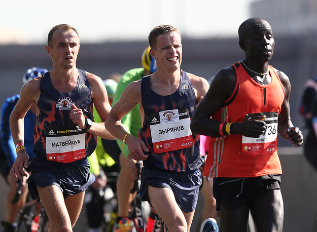 Украинец Александр Матвейчук, занявший третье место, россиянин Сергей Зырянов, занявший второе место, и кениец Кипту Лазарус Кимутаи, ставший победителем
