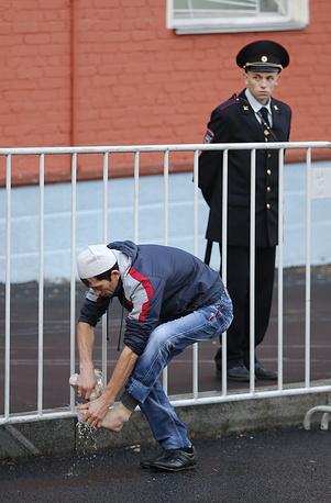 При праздновании Курбан-байрама мусульманам следует совершить полное омовение и надеть чистую и праздничную одежду. На фото: мусульманин около Соборной мечети в Москве