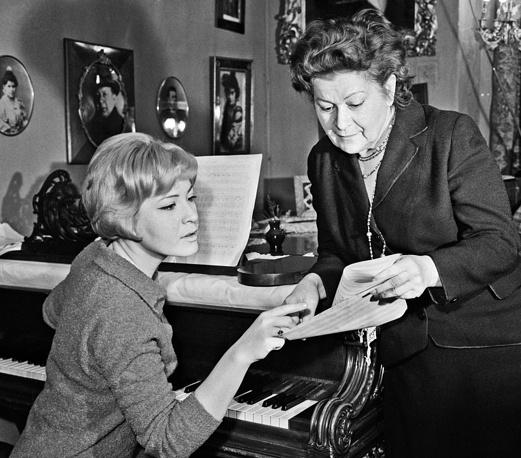 Максакова со своей матерью, певицей Марией Петровной Максаковой, 1964 год
