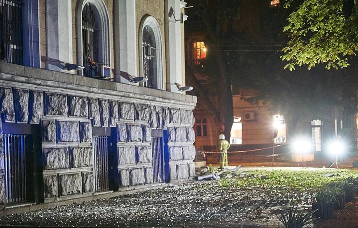 На месте взрыва у здания управления Службы безопасности в центре города