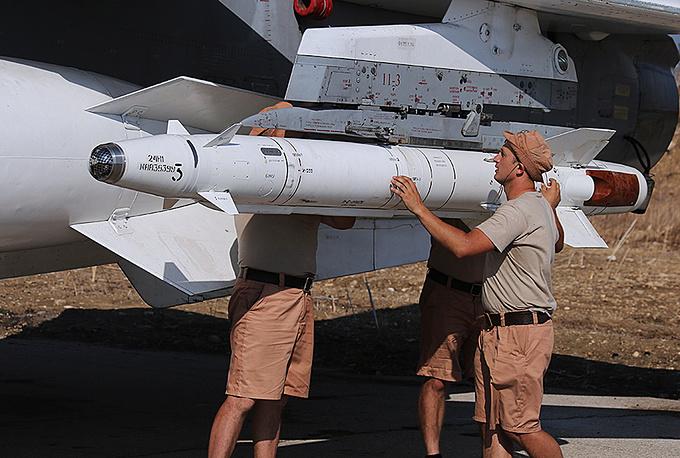 Технический персонал готовит самолет к вылету