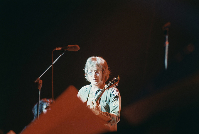 Леннон во время благотворительного концерта в Медисон-сквер-гарден, 1972 г.