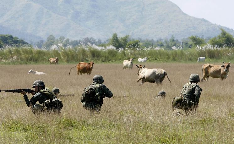 Филиппинские военные во время совместных филиппино-американских учений морской пехоты в Сан-Антонио (к северо-западу от Манилы), 9 октября