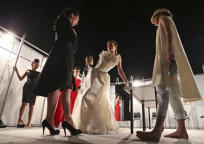 """Художник-модельер Элли Рамазанова (бренд Edlin) показала коллекцию """"Лунный дождь"""", выдержанную в элегантном, подчеркнуто женственном стиле. На фото: модели перед показом Rina Ber и Edlin"""