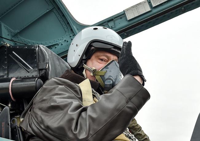 Президент Украины Петр Порошенко на месте второго пилота истребителя Су-27 во время участия в испытательном полете в Запорожье, 14 октября