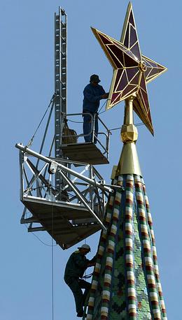 Обслуживание звезд - весьма трудоемкий процесс. Каждый раз воздвигаются специальные леса и трапы, проводится чистка стекла и замена ламп, на месте меняются поврежденные сегменты. На фото: чистка звезды на Водовзводной башне, 2003 год