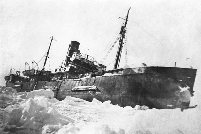 """На фото: пароход """"Георгий Седов"""" во льдах моря Лаптевых, 1937 год"""