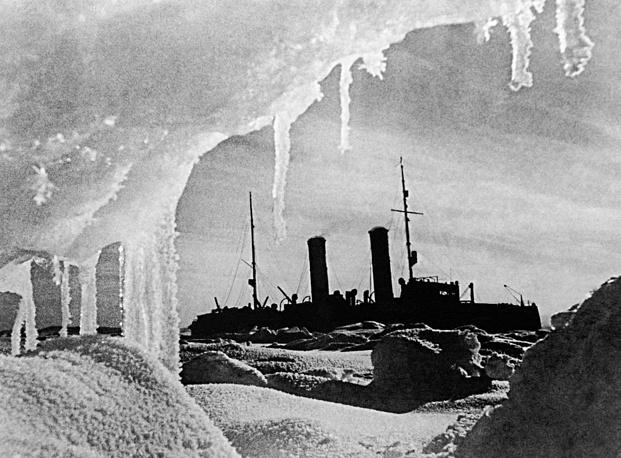 """Одним из знаменитых советских ледоколов был """"Красин"""", оказавший помощь экипажу дирижабля """"Италия"""", потерпевшего бедствие при возвращении с Северного полюса в 1928 году.   На фото: ледокол """"Красин"""" во льдах, 1930 год"""