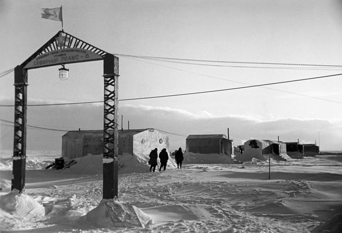 """Дрейфующая станция """"Северный полюс - 6"""". На фото: лагерь дрейфующей научно-исследовательской станции """"Северный полюс - 6"""", 1956 год"""