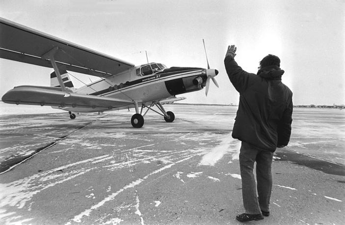 """В омском аэрокосмическом объединении """"Полет"""" проходят испытания нового легкого многоцелевого самолета Ан-3. 1998 год"""