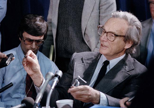 Член комиссии, ученый Ричард Фейнман показывает эксперимент с фрагментом резины с Challenger