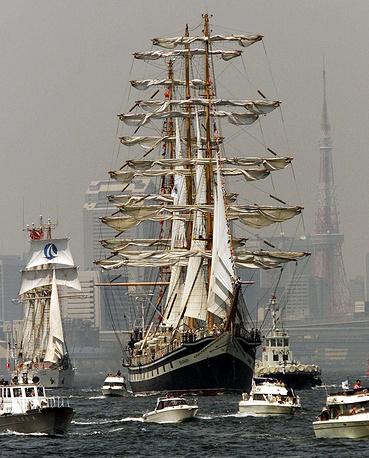 """Парусник """"Паллада"""" в Токийском заливе. Япония, 2001 год"""