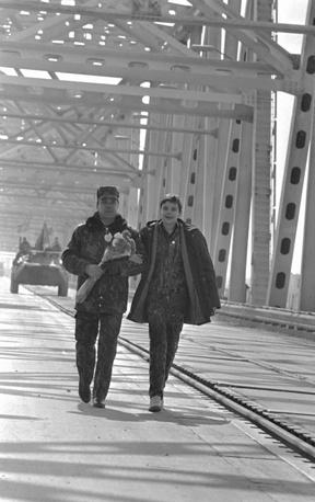 Генерал-лейтенант Громов Б.В. с сыном Максимом на мосту через Амурдарью. Узбекская ССР, 1989 год