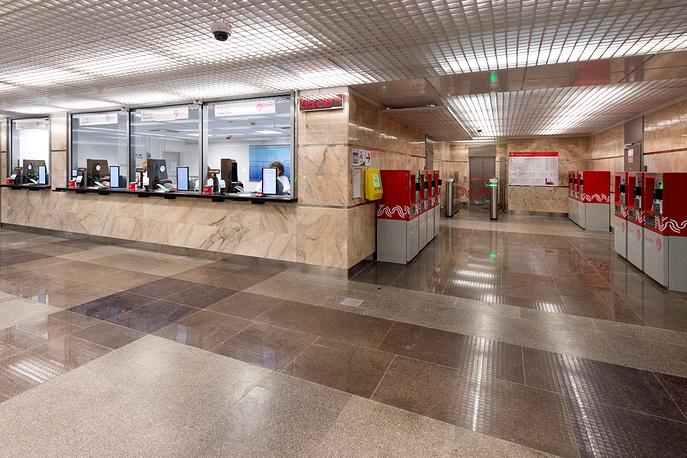 У станции  два вестибюля с кассами, которые оснащены системой записи разговоров между пассажирами и кассирами